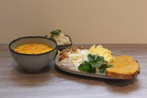 Soupe épicée, endives croquante et tartine aux carottes
